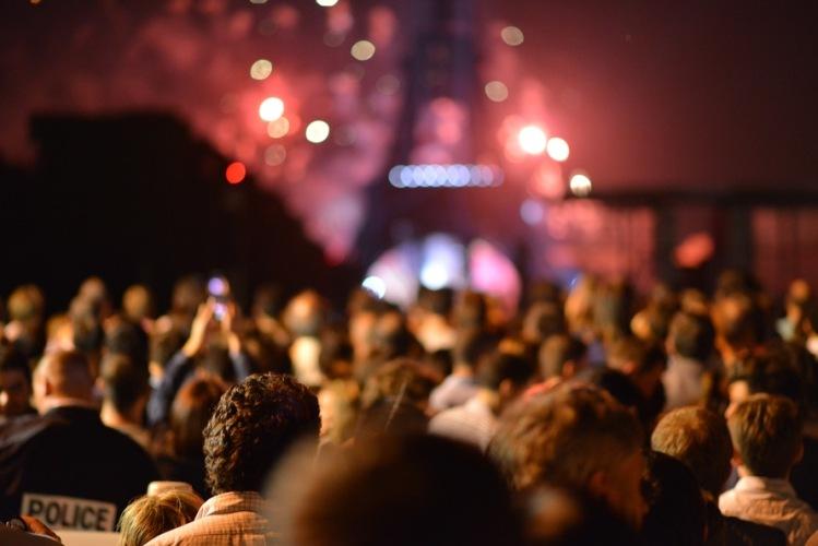 people-eiffel-tower-lights-night-large